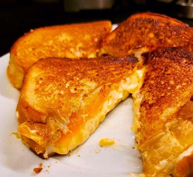 4. Sıradan tostlardan sıkılanlar için: Disneyland kızarmış peynirli sandviç