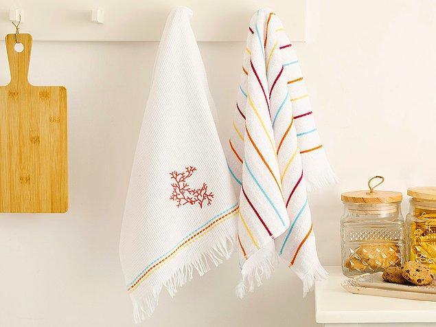 1. Renkli desenleriyle ellerinize iyi bakarken mutfağınıza da renk katacak bu minik havlular.