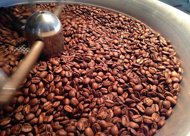 14. Kahve kavrulurken kafeinini kaybeder, bu yüzden iyi kavrulmuş kahveler aslında az kavrulmuş kahveden daha az etkilidir.