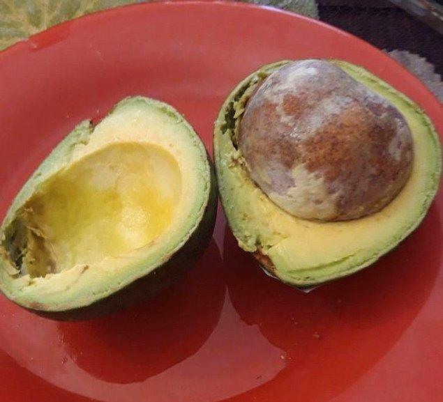 """12. """"Kahvaltım için büyük bir avokado alayım dedim. Avokado hamile çıktı."""""""