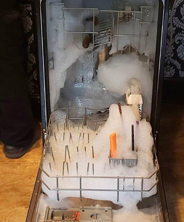 13. Tablet yerine bulaşık deterjanı koymanın sonu! Erkeklerin bulaşık makinesine dokunmasına bile izin vermemek lazım sanırım.