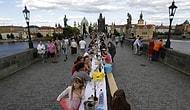 Koronavirüs Salgınının Sona Ermesini 500 Metrelik Masa ile Kutlayan Prag Halkı