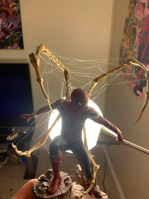 3. Örümcek Adam figürünün üstüne ağ yapan örümcek: