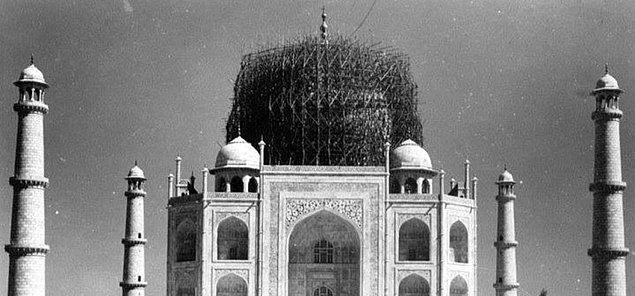 13. Tac Mahal, İkinci Dünya Savaşı sırasında bombalardan korunmak için bambularla kaplanmıştı. Bu şekilde uçaklardaki bombacılar buranın Tac Mahal olduğunu anlamayacaktı.