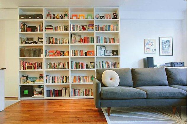 4. Sadelik taraftarıysanız ve odanızın bir kısmını kitaplık yapmak istiyorsanız bu kitaplık çok şık.