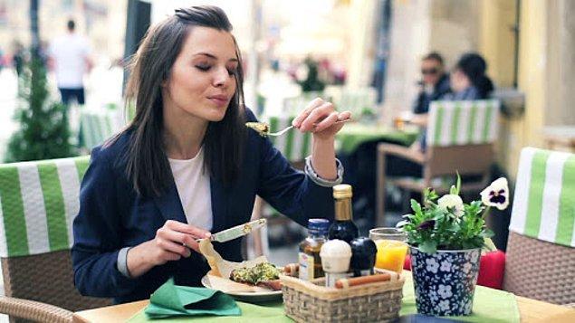 6. Her öğlen dışarıdan yemek.