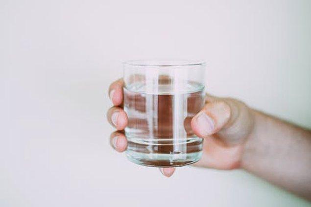 7. Yeteri kadar su içmemek.