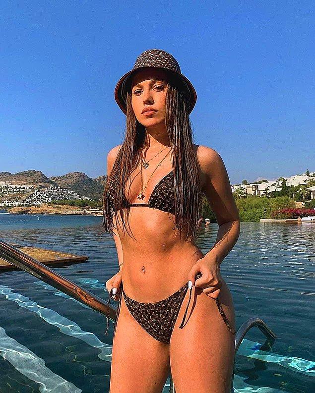 Bildiğiniz üzere dün, Duygu Özaslan'ın bikinili photoshopsuz görüntüleri sosyal medya ve magazin gündemine bomba gibi düşmüştü!