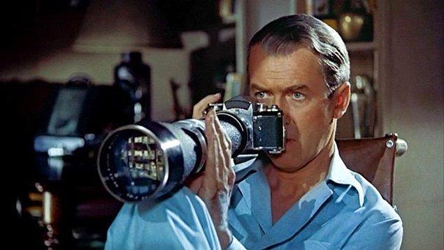 """10. """"Çılgın komşumuz sürekli elinde bir kamerayla dolaşarak ne yaparsak kayıt altına alıyordu. Kağıtlara bir şeyler yazarak camlarına asarlardı biz okuyalım diye."""""""