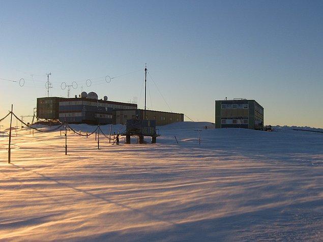 """""""St. Petersburg'dan ayrılışının üzerinden iki ay geçmişken 'kutup kaşifi' sonunda Antarktika'ya vardı. Mirnıy İstasyonu'nun artıları arasında pencerenin dışındaki harika bir manzara ve Adelie pengueni sürüsü bulunuyor. Eksileri: Wi-Fi ve diğer iletişim yollarının nasıl çalıştığı karışık."""""""