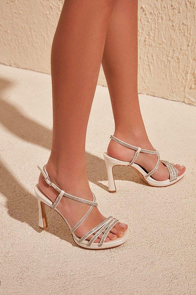 1. Hafif bir platform ve taşlı, şıkır şıkır bir ayakkabı.