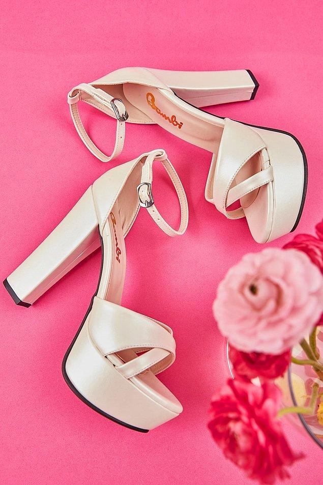 18. Sade, yüksek topuklu bir gelin ayakkabısı.