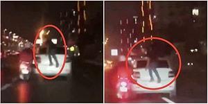 İstanbul'un Akan Trafiğinde Arabanın Bagaj Kapağında Giden Adam Görenleri Hayrete Düşürdü