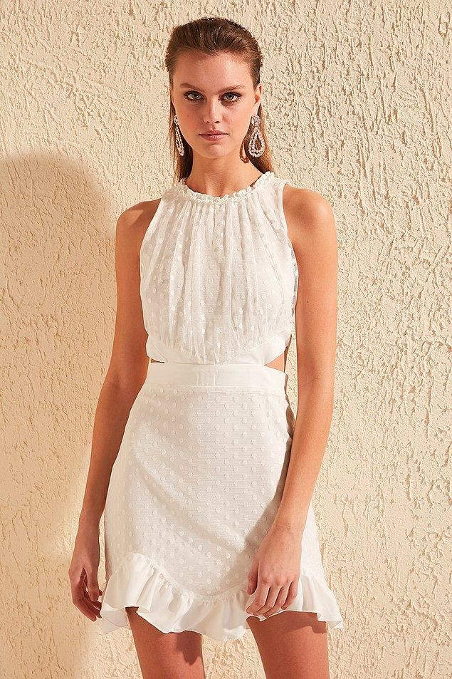 3. Bu elbise de çok tatlı. Bel detayı da göz kamaştırıyor. Altına beyaz ya da lame bir topukluyla gecelere akabilir, tarz bir spor ayakkabı ile de gündüz bir cafe'ye gidebilirsiniz.