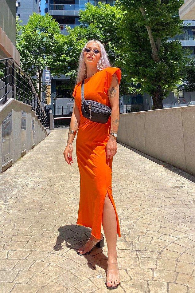7. Madem yaz canlı bir renk de olsun listemizde değil mi? Bu turuncu elbise özellikle uzun boylulara çok yakışacaktır. Hem gündüz hem gece kombinleyebileceğiniz cıvıl cıvıl bir elbise.