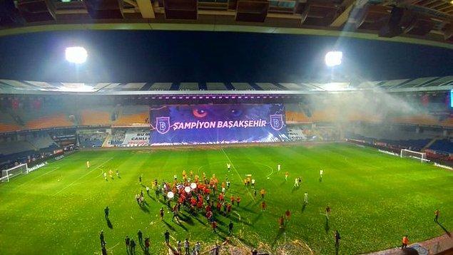 Başakşehir Fatih Terim Stadı'nda şampiyonluk, Şampiyonlar Ligi müziği ile kutlandı.
