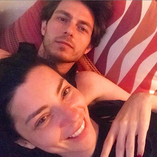 Merve Boluğur da 'madem yakalandık, bari iyice görsünler bizi' diyerek Instagram'dan yeni sevgilisiyle fotoğrafını paylaştı.