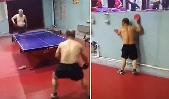 Kıyasıya Masa Tenisi Maçı Yapan Adamların Nefes Kesici Mücadelesi