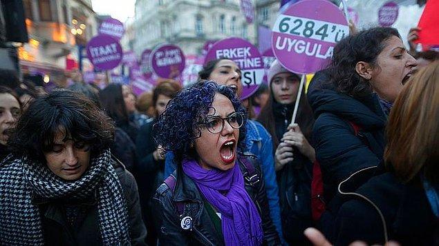 Kadın örgütleri ise çekilmek bir yana sözleşmenin tam olarak uygulanmasını talep etti. Sosyal medyada #İstanbulSözleşmesiYaşatır etiketiyle çağrılar yapıldı.