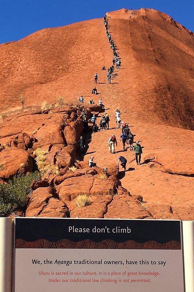 """15. """"Lütfen tırmanmayın."""" tabelasının arkasında dağa tırmanan insanlar..."""