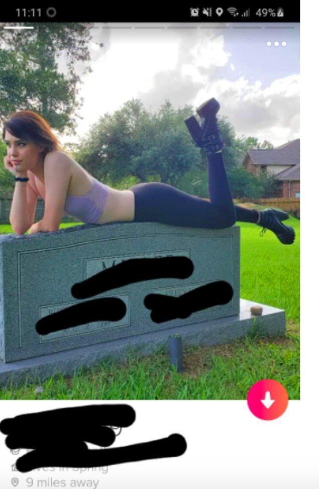 17. Mezar taşlarının tepesinde Tinder hesabı için fotoğraf çektirmeyi alışkanlık haline getiren bir garip insan: