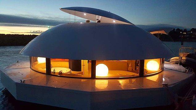Yüzen otel odası, tepesinde yer alan güneş enerjisi panelleriyle kendi enerji ihtiyacını karşılayabiliyor.