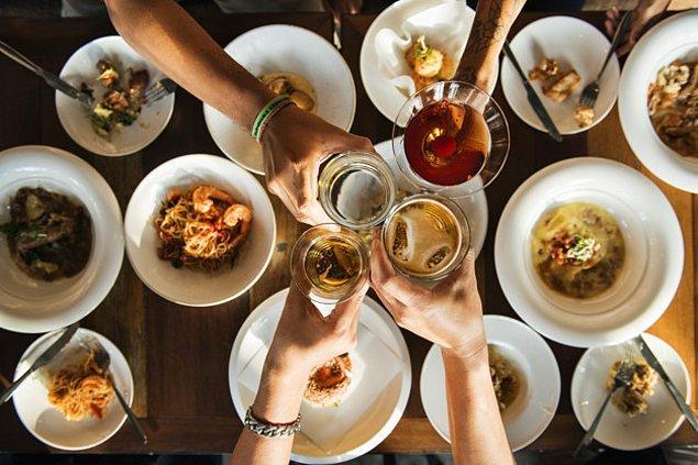 4. Bulgaristan'da da alkol olmayan bardaklar tokuşturulmuyor, aksi halde çocukların çirkin olacağına inanılıyor.