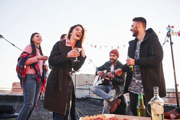 22. Hollanda'da yemek masasında şarkı söylemek şeytana şükran sunmak anlamına gelir ve büyük uğursuzluk getirir.