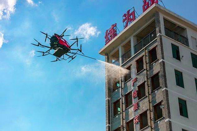 Altı adet yangın söndürme bombası ve 150 litre köpük taşıma kapasitesi bulunan drone 5 kilometre menzile sahip.