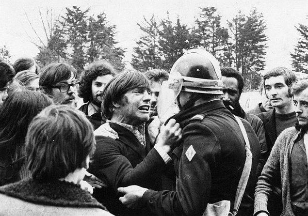 3. İki eski arkadaş protesto sırasında karşıt taraflarda karşılaşıyorlar.