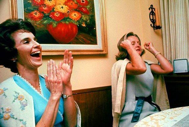 4. Apollo 8 görevi sırasında eşlerinin yörüngeden seslerini duyan Valerie Anders ve Susan Borman.