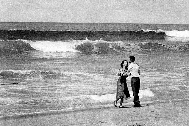 5. 19 aylık oğulları denizde kaybolan çift, birbirlerine sarılıyor.