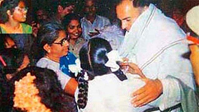 9. Bu fotoğraftan saniyeler sonra Hindistan başbakanı sol köşede başı görünen kız tarafından öldürülmüştü. Kız intihar yeleği giyiyordu.