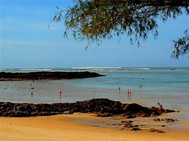 13. Uzaklarda oluşmaya başlayan tsunami dalgaları kıyıdakileri silip götürmeden dakikalar önce.
