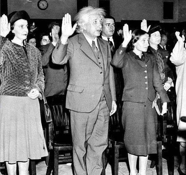 14. Einstein ve kızı Almanya'ya ve Nazi yönetimine dönmemek için ABD vatandaşlığına geçiyor.