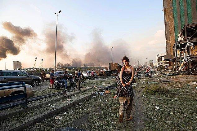 15. Beyrut'ta yaşanan patlamanın ardından, kucakta taşınmak durumunda kalan kız.
