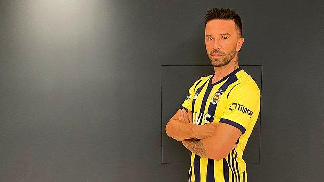 Fenerbahçe'nin Gökhan Gönül'ü açıkladığı videoda, Gökhan Gönül evinde sakladığı Benfica maçında sahada yer aldığı formayı çıkartarak yeni sezon formasını giydi.