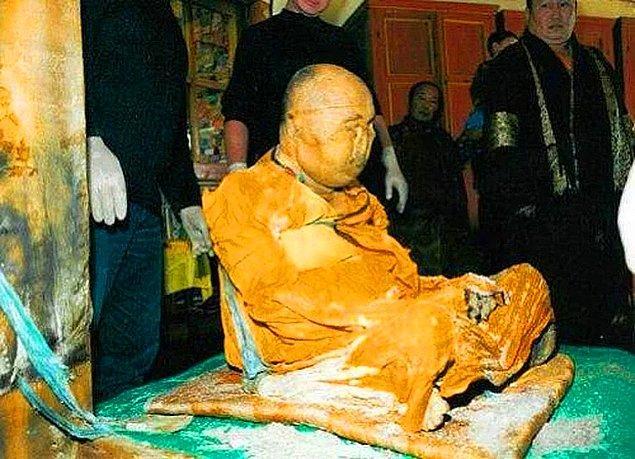 En ilginç ve son derece uzun bir zaman dilimine yayılarak yapılması gereken ritüel, Budist rahiplerin gerçekleştirdiği mumyalama ayinidir.