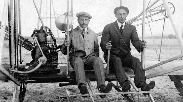 3. İlk motorlu uçağın mucidi 'Wright Kardeşler' yalnızca tek bir kez birlikte uçabildiler. Babaları bir kaza olması durumunda iki oğlunu birden kaybetmemek için kardeşlere birlikte uçmayacaklarına dair söz verdirmişti.