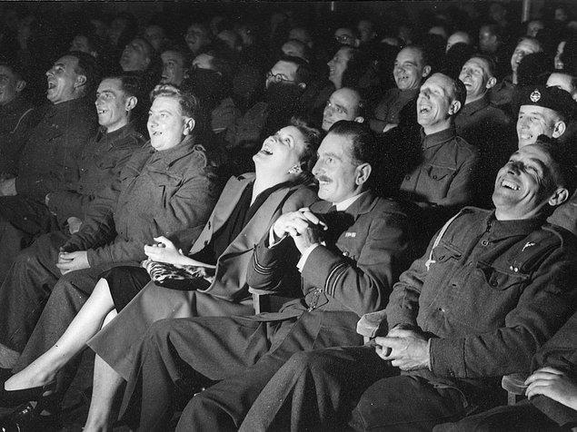 4. Televizyon dizilerinde sıklıkla duyduğumuz kahkaha efektlerinin çoğu 1950'lere ait. Kayıtların hemen hepsi o dönemlerde yapılmış ve kahkahalarını duyduğumuz o insanların büyük bir kısmı da artık hayatta değil ne yazık ki...