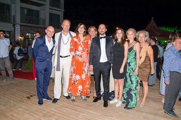 Festivale hem Türkiye'den hem de yurt dışından ünlü sinema sanatçıları katılıyor. Örneğin, bu fotoğraftaki sanatçı ve yönetmenlerin hepsi Hollanda'dan festival için gelmişler. Soldan ikinci sırada göreceğiniz Hugo Metsers ve soldan beşinci sıradaki aktör, Hollanda'nın ünlü oyuncularından.