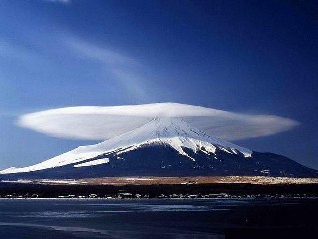 5. Fuji Dağı üzerinde mercek bulutu.