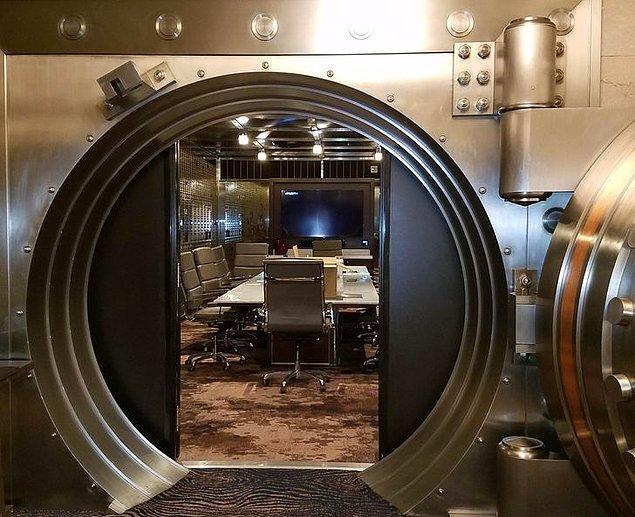 """15. """"Eski bir banka otele dönüştürülünce kasayı toplantı odasına çevirmişler."""""""