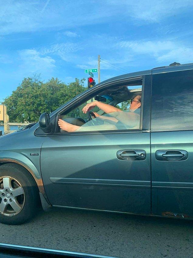 3. Güvenli bir sürüş ve diğer araçların da sağlığı için ayağınızı camdan dışarı çıkararak araba kullanmamanız şiddetle tavsiye edilir...