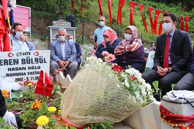 Eren Bülbül'ün mezarı başına annesi Ayşe Bülbül ile birlikte Maçka Kaymakamı Selim Çomaklı ve Maçka Belediye Başkan vekili Ömer Faruk Adıgüzel de geldi