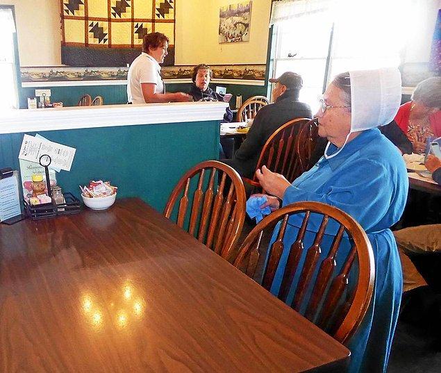 6. Amişlerin yemek yeme konusunda katı kuralları yoktur. Onları çeşitli 'fast-food' restoranlarında görebilirsiniz.