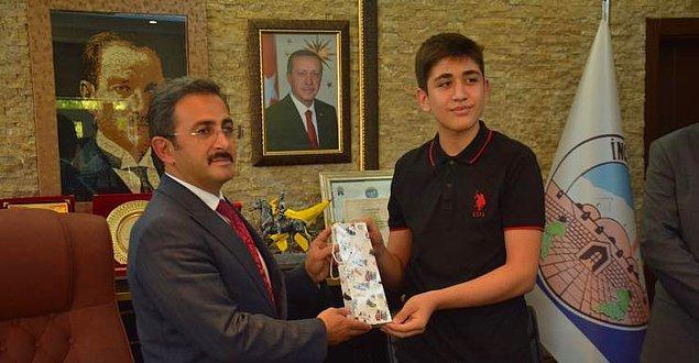 İl Milli Eğitim Müdürü Celalettin Ekinci, hem babasına yardım eden hem de başarısıyla Türkiye birincilerinden olan Akif Bayam'ı çalıştığı lokantada ziyaret etti.