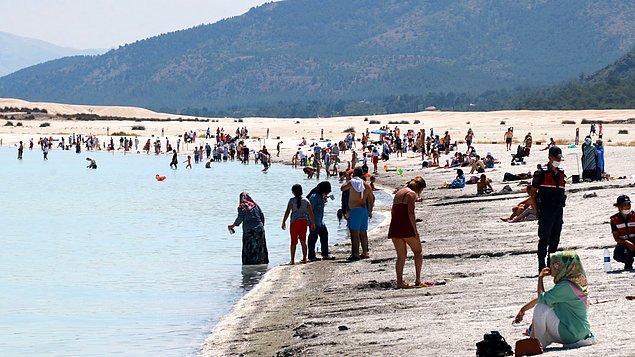 Salda Gölü'nü 1 Haziran'dan bu yana 250 bine yakın yerli ve yabancı turist ziyaret etti.