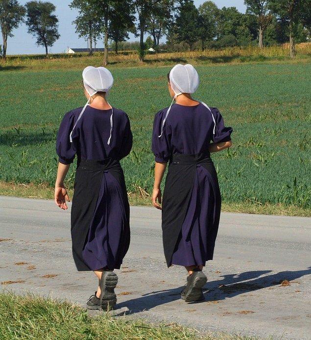 16. Amiş kadınları saçlarını kestirmezler. Saçlarını topuz yaparlar ve bir bonenin içinde saklarlar. Onlar için saç bir gurur kaynağı değildir.