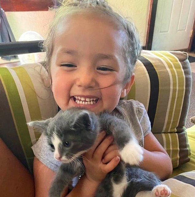 """6. """"Yavru kedilerinden biriyle yeğenim."""""""